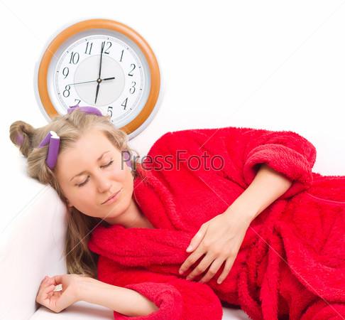 Фотография на тему Сонная женщина с часами