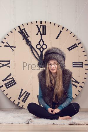 Девушка на фоне огромных часов