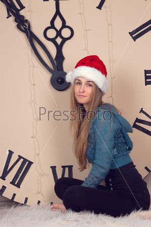Фотография на тему Девушка на фоне огромных часов