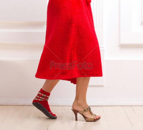 Девушка в домашней обуви и туфле на каблуке