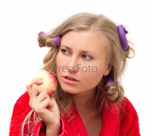 Задумчивая девушка с яблоком в руке