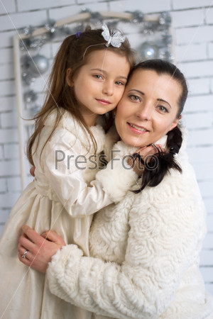 Мама и дочь в зимних платьях