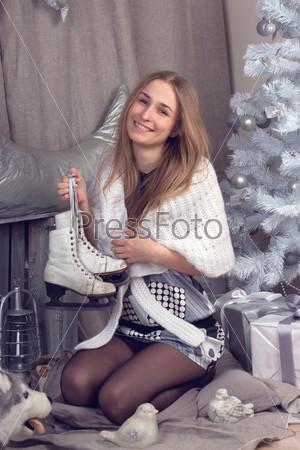 Фотография на тему Девушка, окруженная рождественской атрибутикой