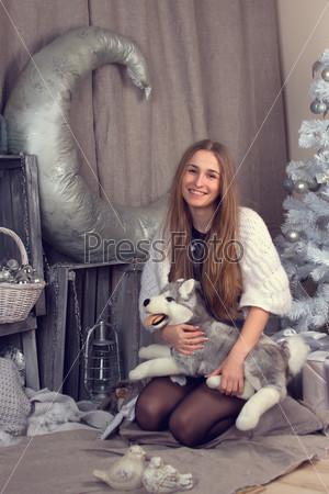 Девушка, окруженная рождественской атрибутикой