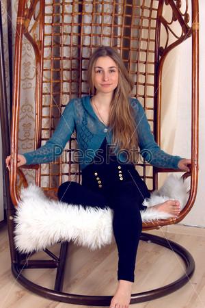 Женщина в подвесном кресле