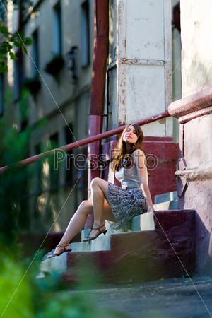Девушка на ступеньках