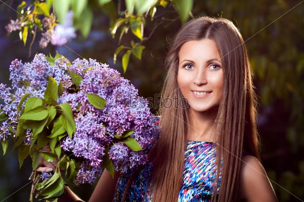 Девушка с цветами сирени