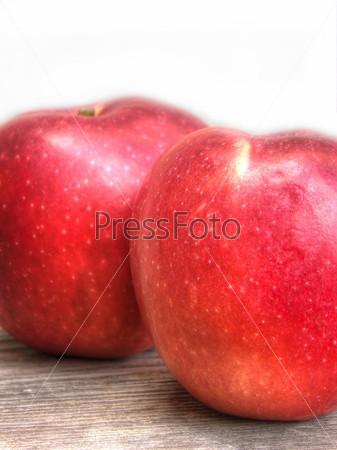 Спелые красные яблоки