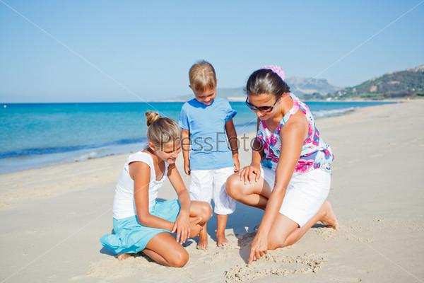 Дети и мать на пляже
