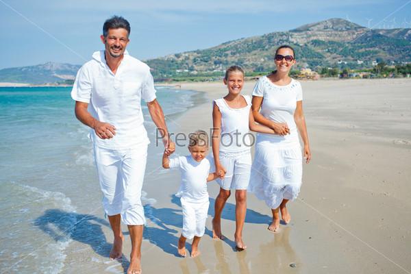 Фотография на тему Семья отдыхает на пляже