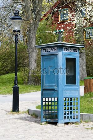 Фотография на тему Телефонная будка и старый фонарь