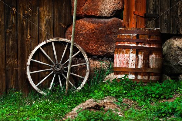 Натюрморт со старым колесом и бочка