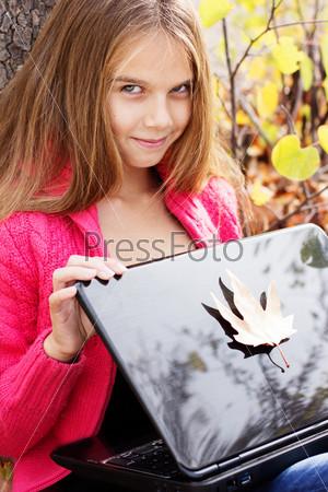 Фотография на тему Красивая девочка в осеннем парке с ноутбуком
