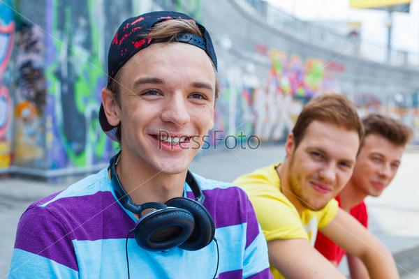 Фотография на тему Три счастливых молодых друга