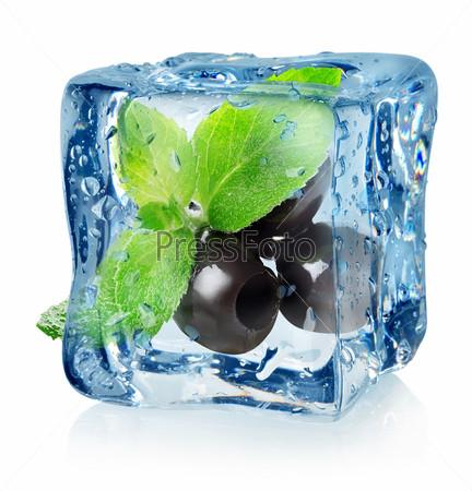 Оливки в кубике льда