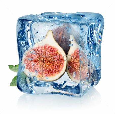 Кусочки инжира в кубике льда