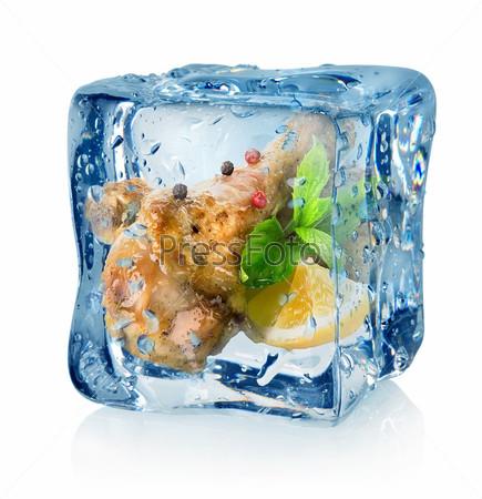 Жареные куриные бедра в кубике льда