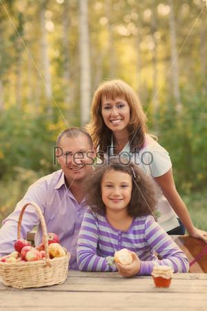 Фотография на тему Счастливая семья с дочерью на осеннем пикнике