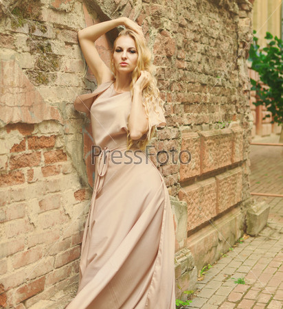 Красивая женщина в длинном платье на открытом воздухе