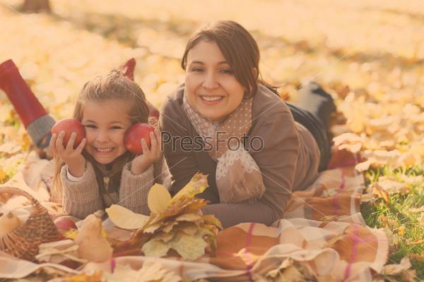 Счастливая молодая мать с дочерью