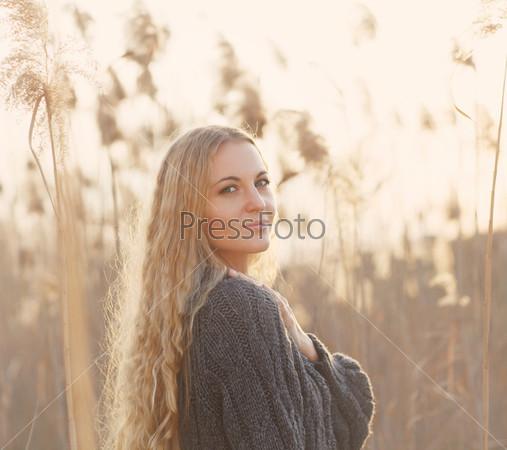 Портрет улыбающейся блондинки в осенний день