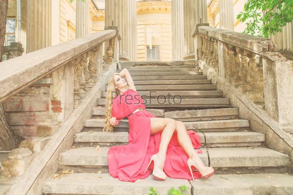 Красивая блондинка в платье на открытом воздухе