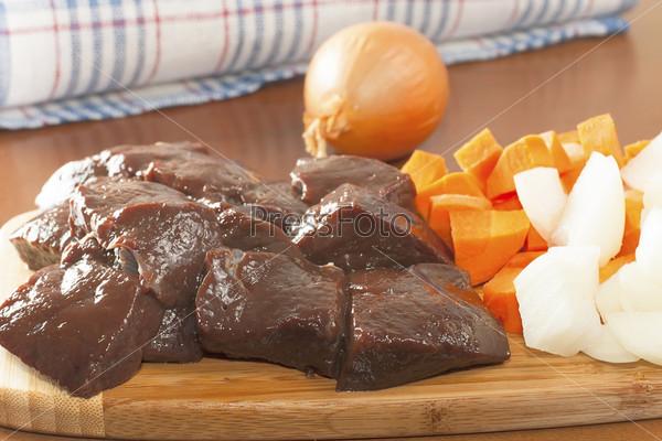 Фотография на тему Кусок сырой говяжьей печени