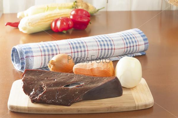 Кусок сырой говяжьей печени