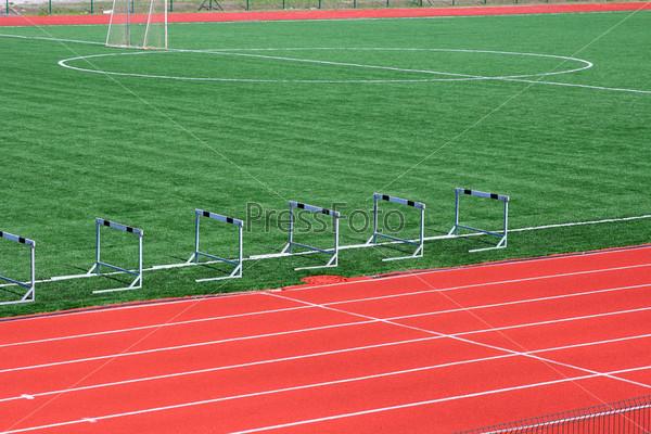 Искусственная трава на футбольном поле с белыми линиями