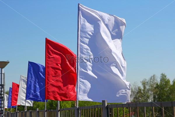 Цветные флаги на фоне голубого неба