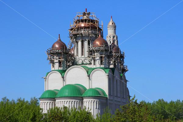Строительство собора с куполами православной церкви.  Барнаул, Россия
