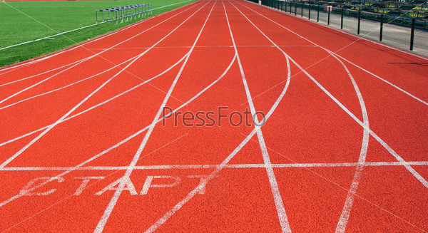 Фотография на тему Красная беговая дорожка на стадионе с белыми линиями