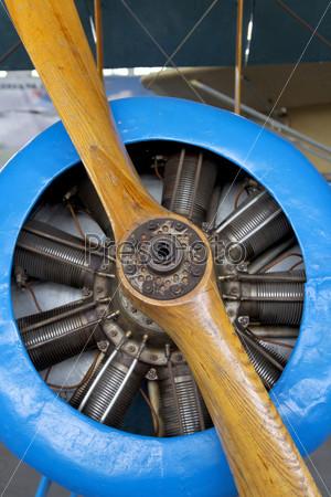 Старый самолет с деревянным пропеллером крупным планом