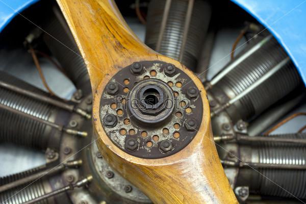 Фотография на тему Старый самолет с деревянным пропеллером крупным планом