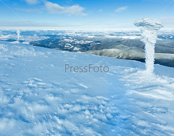 Утренний зимний горный пейзаж