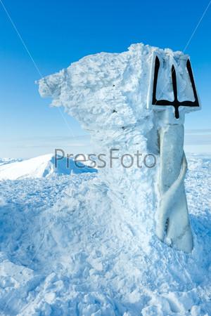 Вершина горы Говерла и памятник Гербу Украины