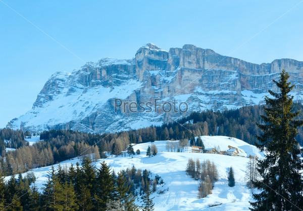 Красивый зимний скалистый горный пейзаж