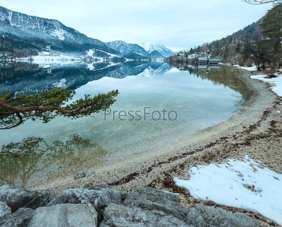 Вид на Альпийское зимнее озеро