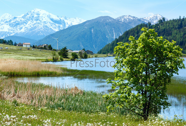 Фотография на тему Летний горный пейзаж с озером (Италия)