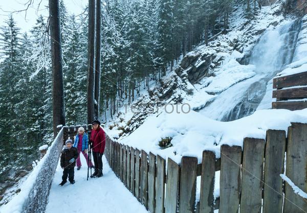 Альпийский водопад и семья зимой