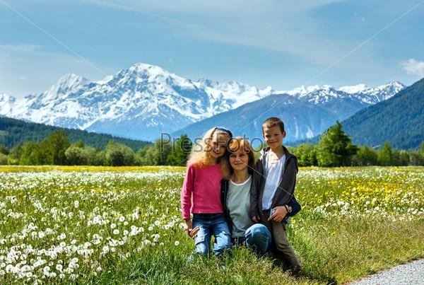 Летний луг с одуванчиками и семья (Италия)