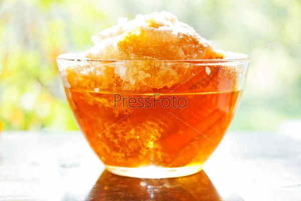 Фотография на тему Свежий мед в сотах в стеклянной тарелке