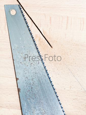 Ножовка на деревянной доске