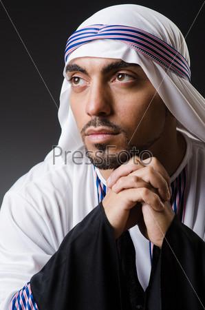 Фотография на тему Арабский задумчивый мужчина