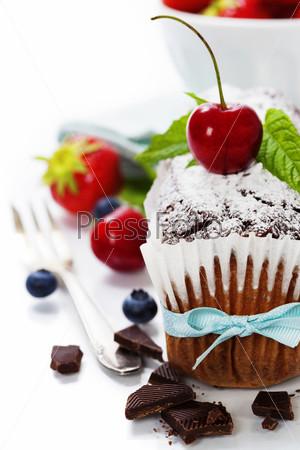 Шоколадный пирог со свежими ягодами