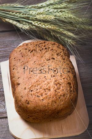 Домашний ржаной хлеб и колосья