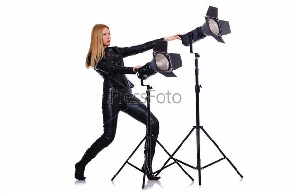 Женщина на фотосъемке в студии