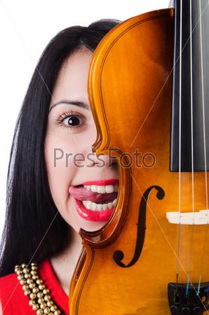 Молодая девушка со скрипкой на белом
