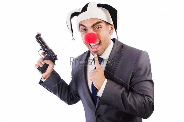 Бизнесмен клоун с пистолетом, изолированный на белом фоне