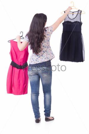 Девушка меряет одежду, изолированная на белом